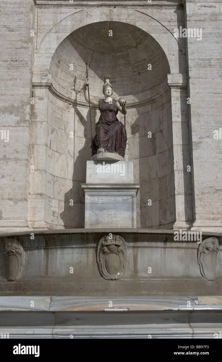 Statua di Minerva - Dea Roma nella fontana appoggiata al Palazzo Senatorio sul Campidoglio a Roma Immagini Stock