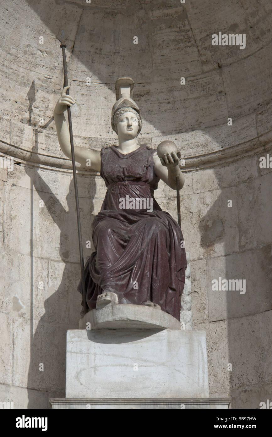 Statua di Minerva - Dea Roma nella fontana appoggiata al Palazzo Senatorio sul Campidoglio a Roma Fontana della Immagini Stock