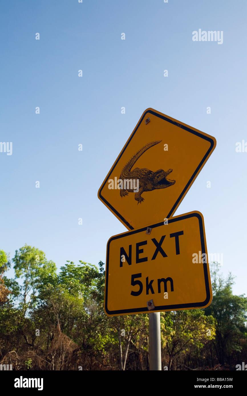 Coccodrillo segno di pericolo, vicino il Fiume South Alligator nel Parco Nazionale Kakadu, Territorio del Nord, l'AUSTRALIA Foto Stock