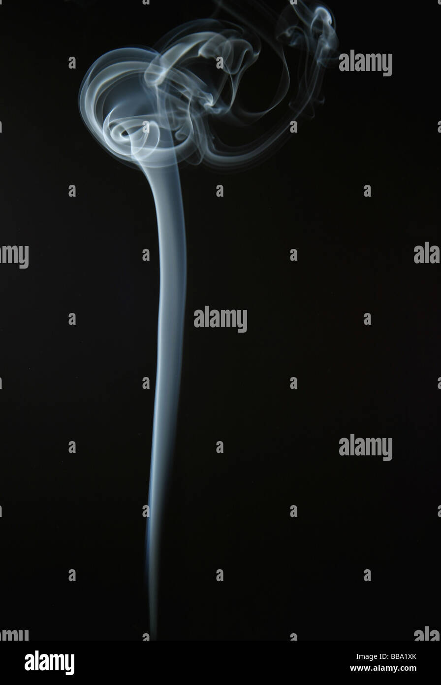 Modelli di fumo. Il fumo la formazione di vortici (modelli di vorticazione) in aria Immagini Stock