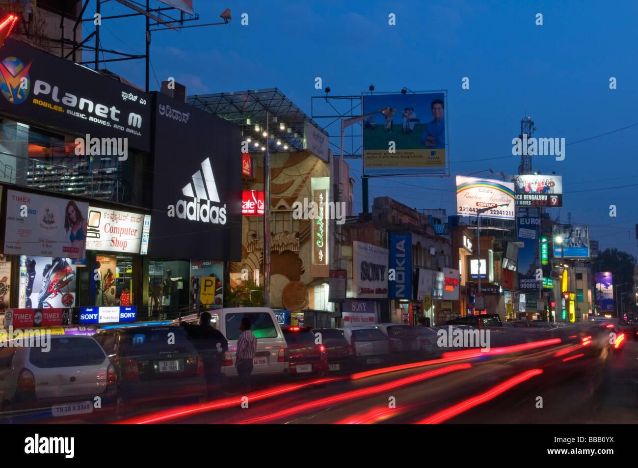 Brigade Road di notte Bangalore Karnataka India Immagini Stock