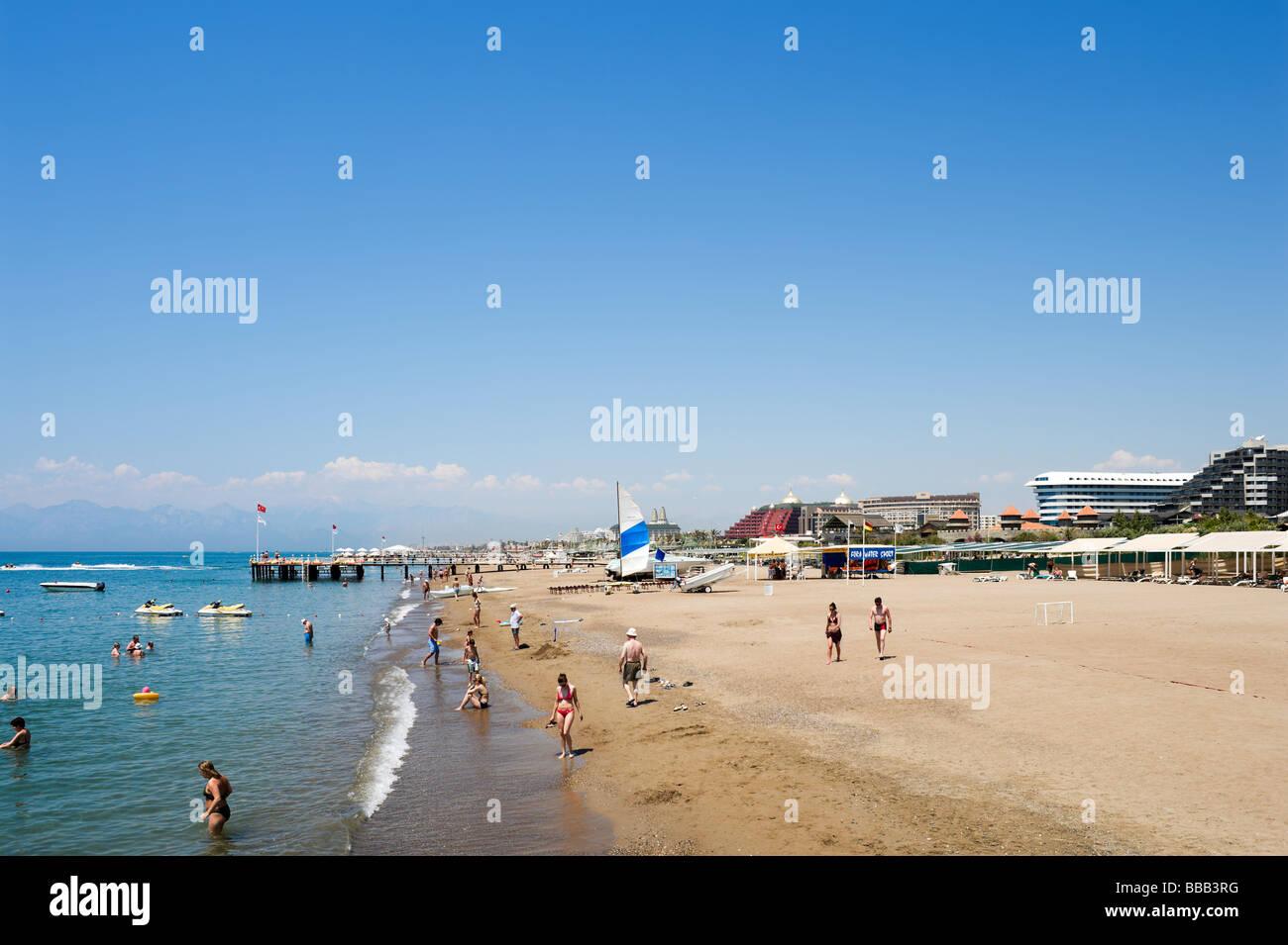 Spiaggia al di fuori delle ali di Royal Hotel, Lara Beach, vicino a Antalya, costa mediterranea, Turchia Immagini Stock