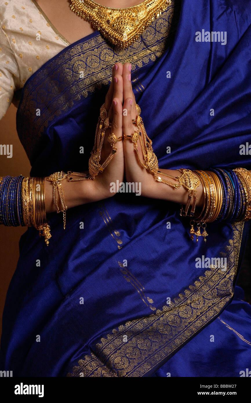 Busto di donna indiana indossando sari e gioielli Immagini Stock