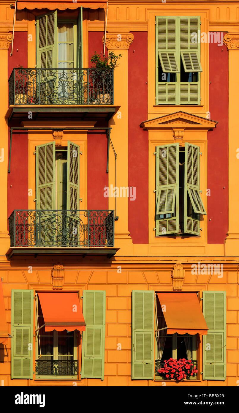 Tipico francese windows su edificio residenziale vicino al porto di Nizza Francia Immagini Stock