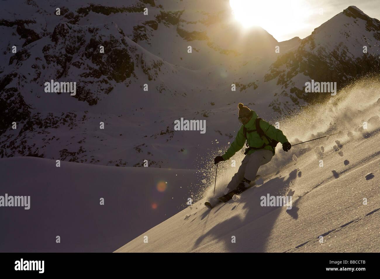 Sciatore ruotando i fuori pista. Immagini Stock