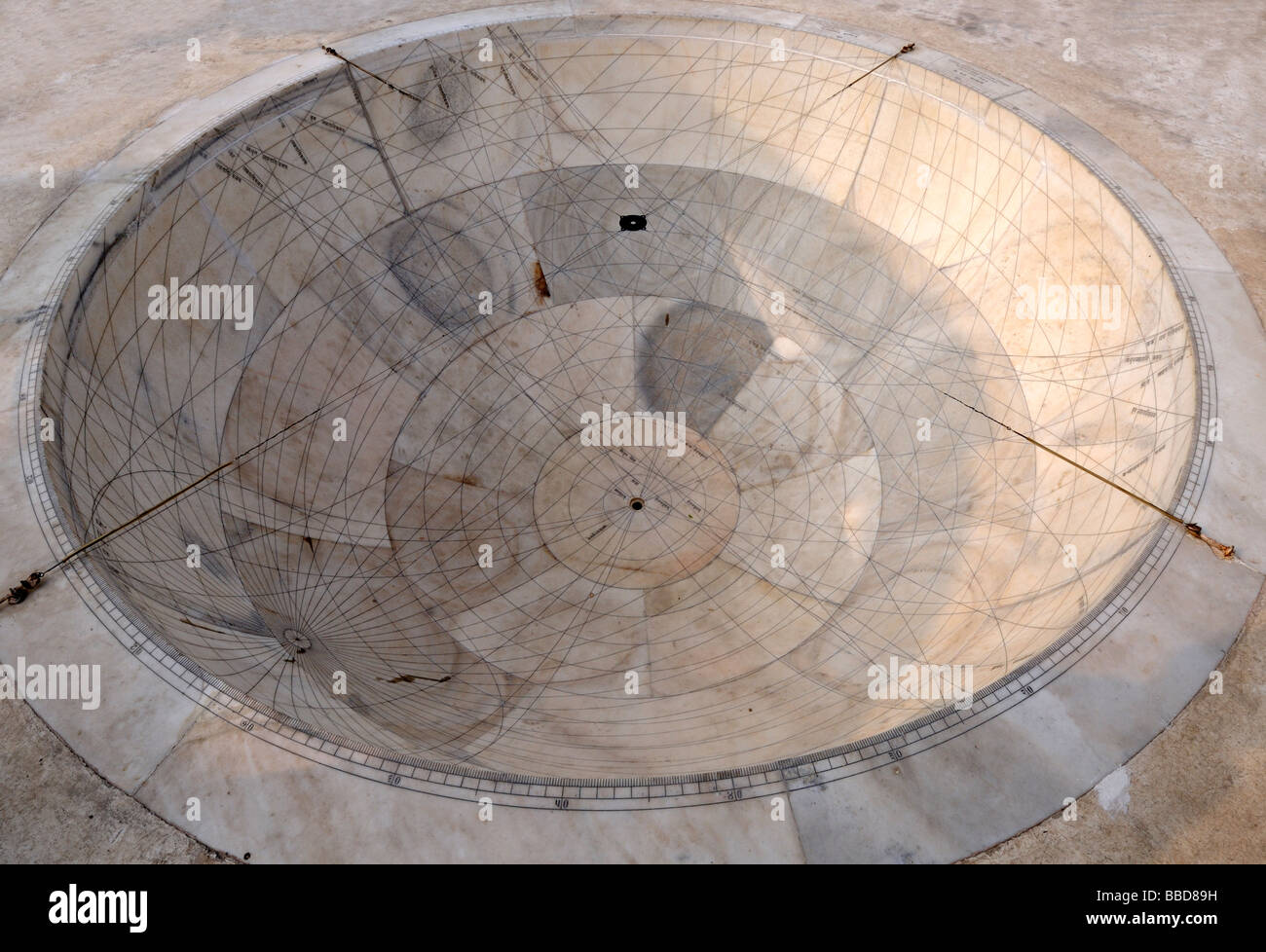 Strumento astronomico costruito dal Maharajah Jai Singh nel 1728 come parte del Jantar Mantar observatory. Immagini Stock