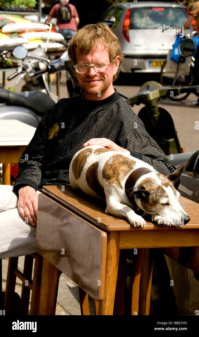 Un uomo e il suo cane presente un immagine pacifica in Borough Market Immagini Stock