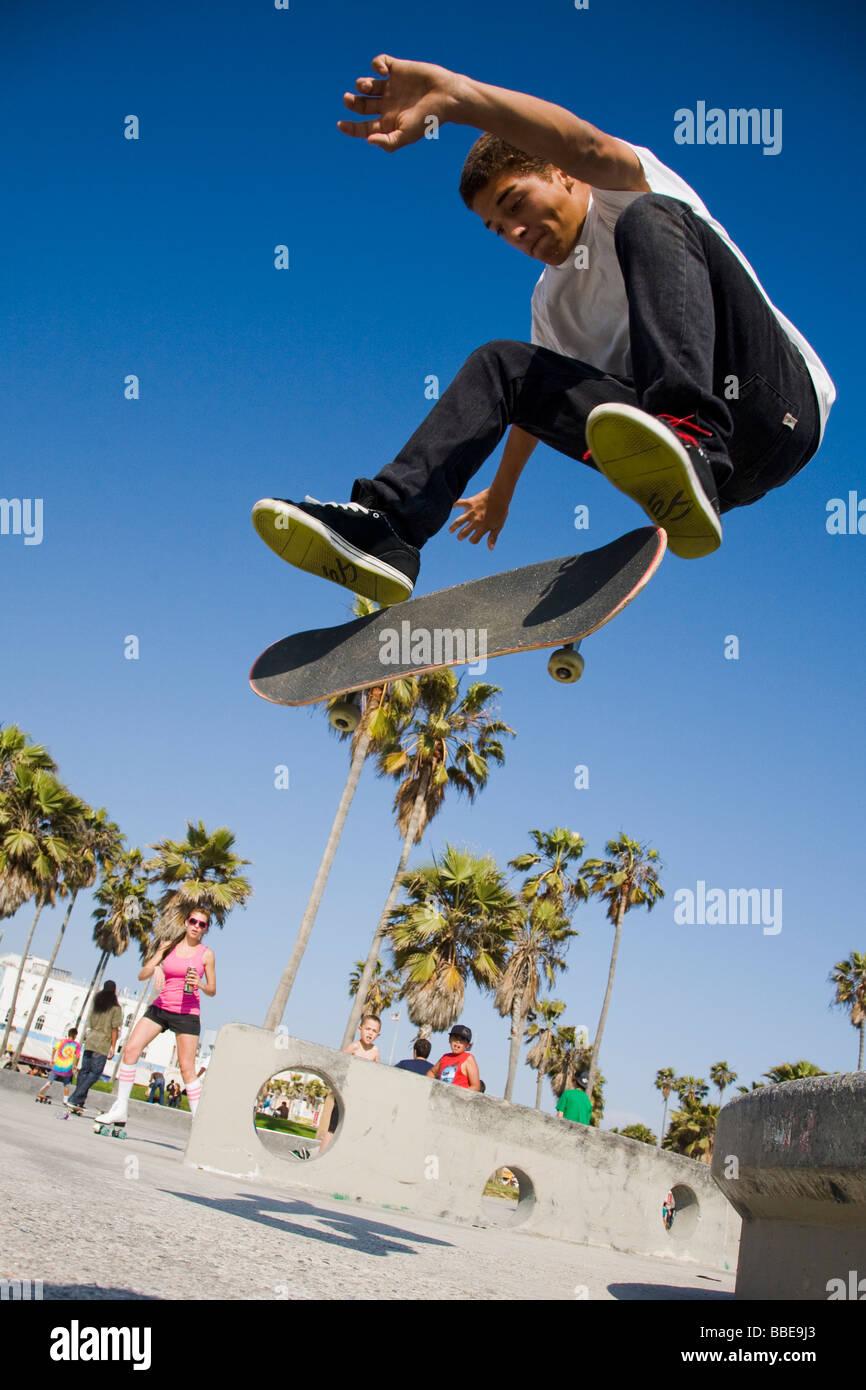 Guidatore di skateboard facendo un trucco Venice Beach Los Angeles County in California negli Stati Uniti d'America Immagini Stock