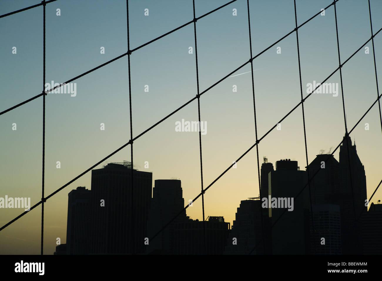 Stati Uniti, New York City, silhouette della skyline di Manhattan visto attraverso il Ponte di Brooklyn Immagini Stock