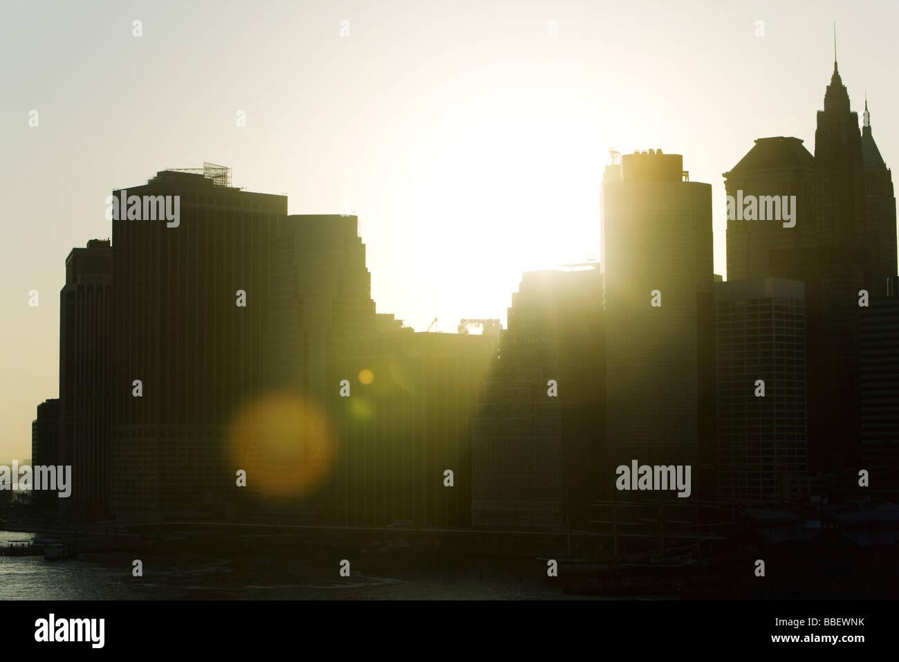 Silhouette di skyline della città al tramonto Immagini Stock