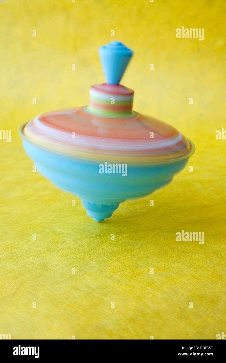 La filatura top giocattolo colorato in rapido movimento di equilibrio di vertigini Immagini Stock