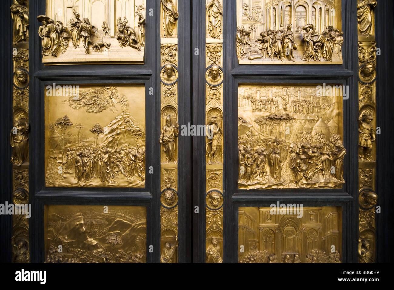 Porte di bronzo all'interno di santa maria del fiore Immagini Stock