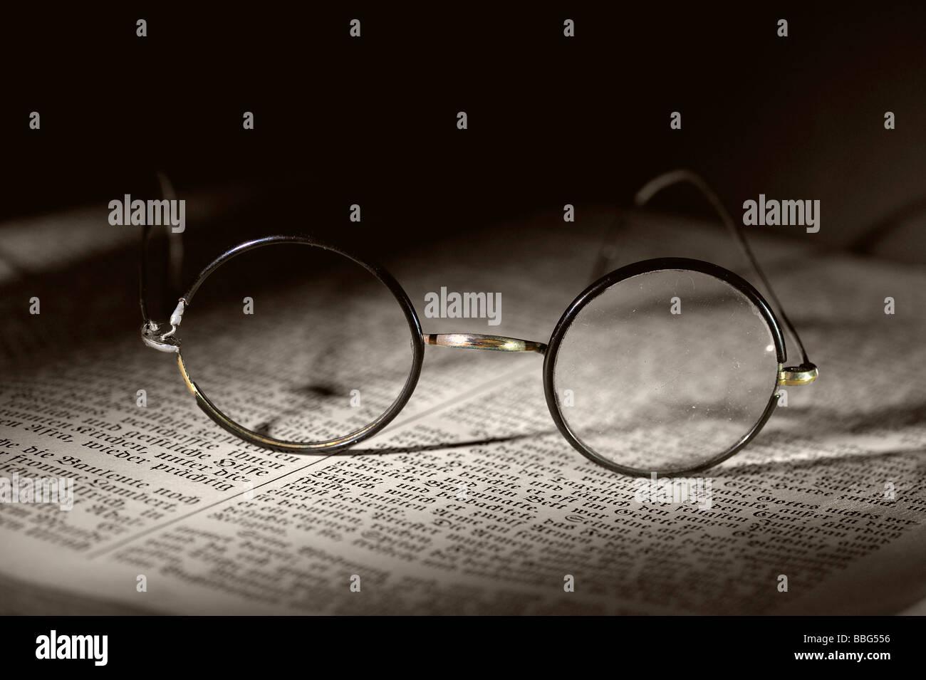 Il vecchio gli occhiali da lettura sul vecchio libro Immagini Stock