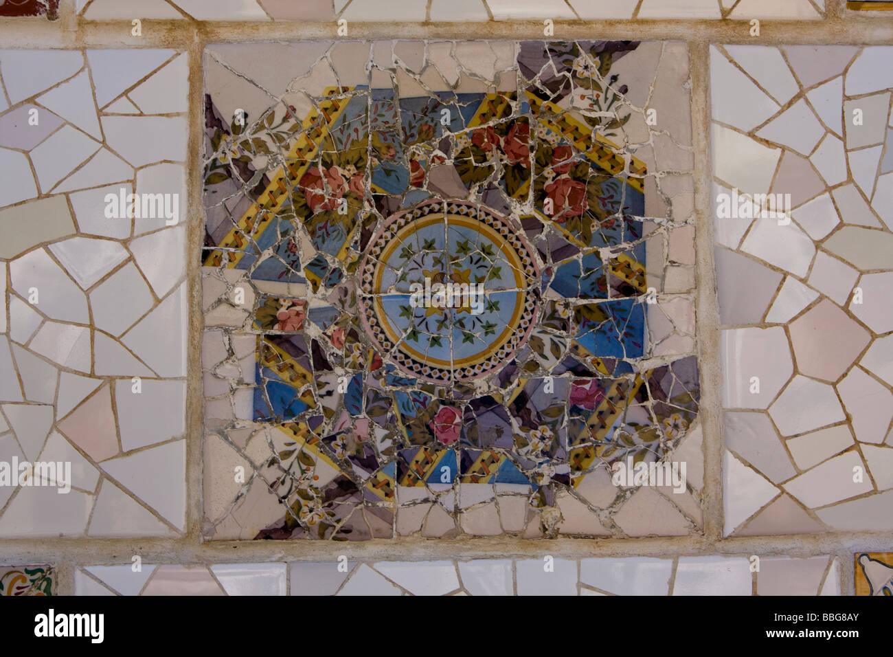 Vista sulla parete a mosaico di ceramica piastrella rotta foto