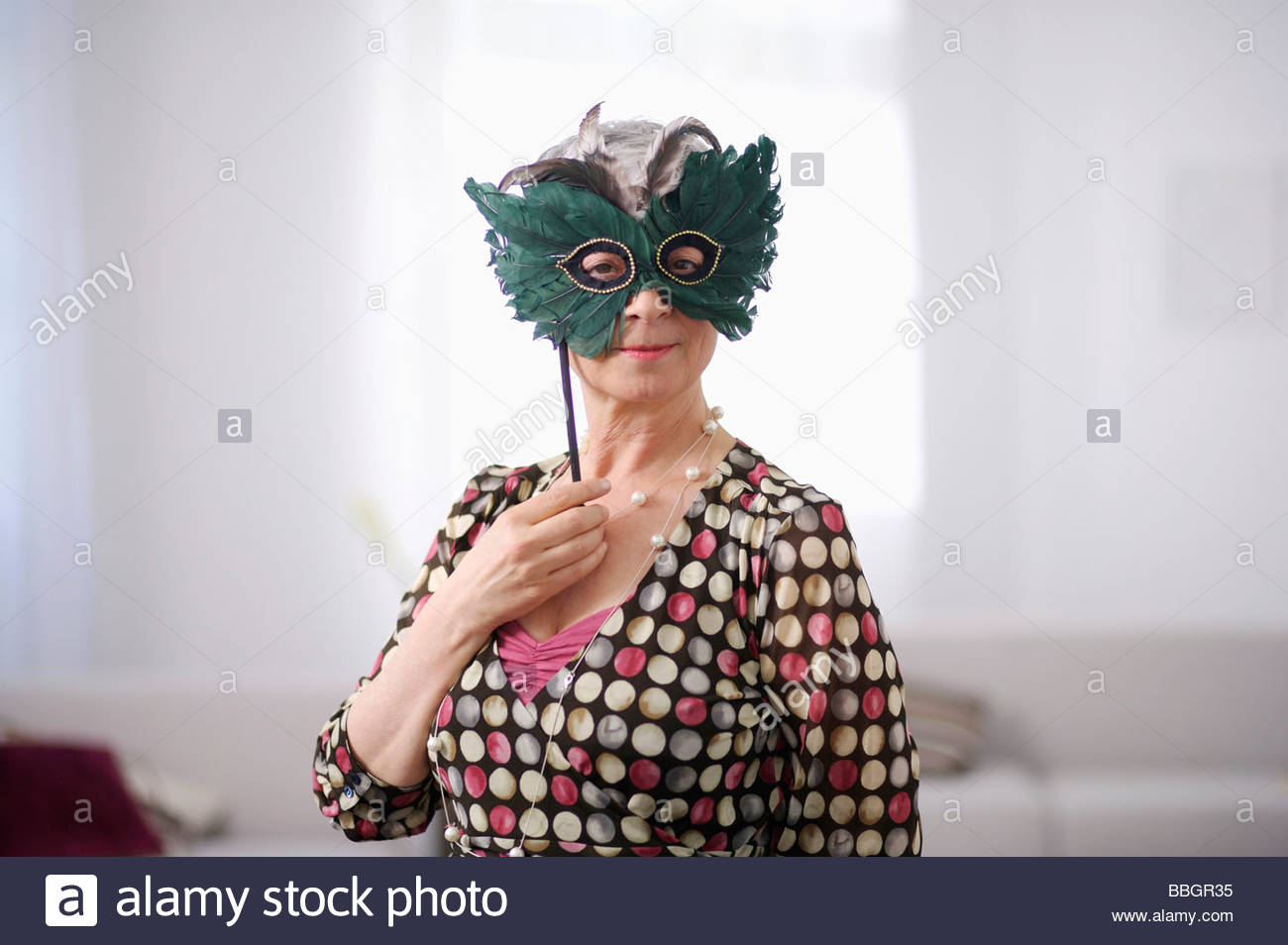 Ritratto di donna senior indossando masquerade mask Immagini Stock