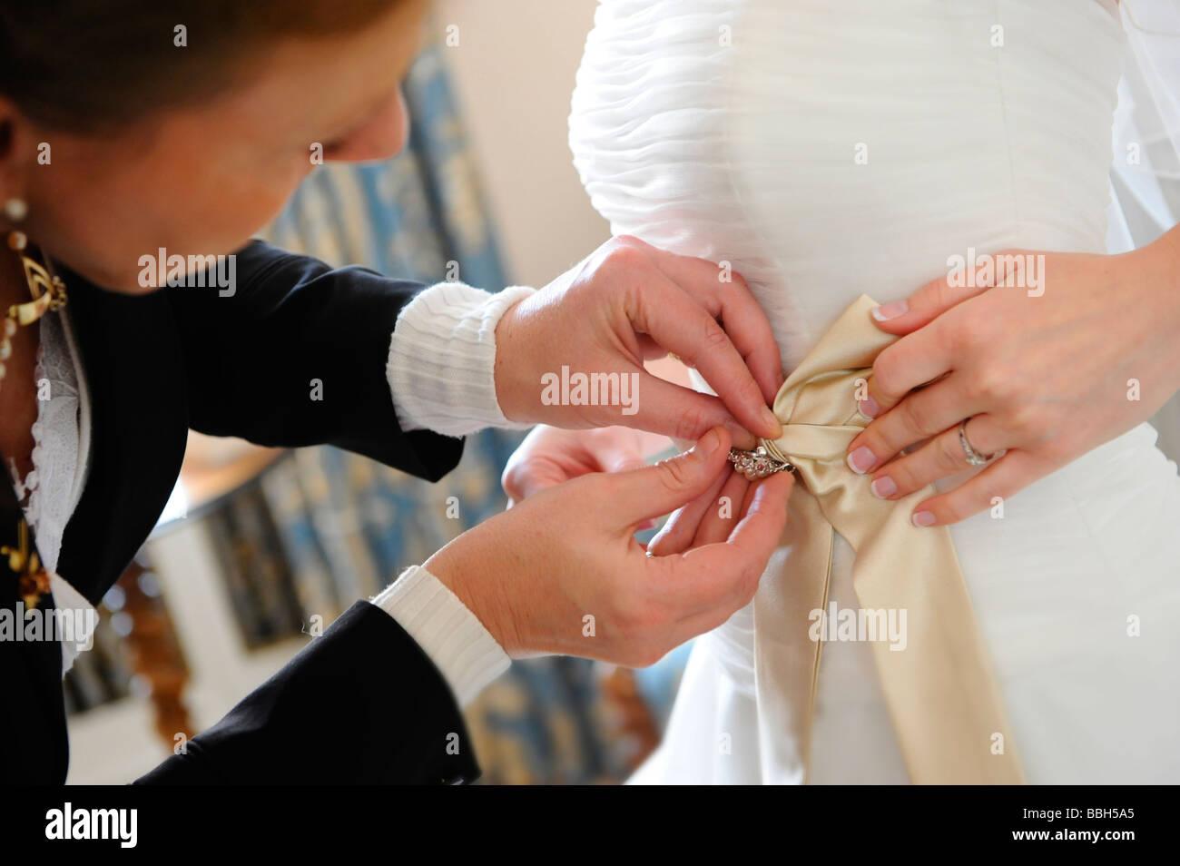 Sposa ottenere pronto per il suo giorno di nozze. Sposa di essere assistiti  con i 4cb54ac57c35