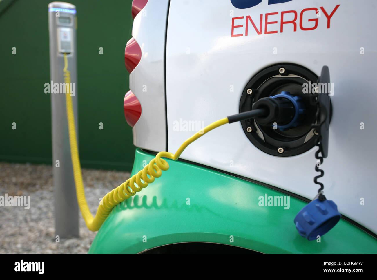 Auto elettrica essendo caricato Immagini Stock