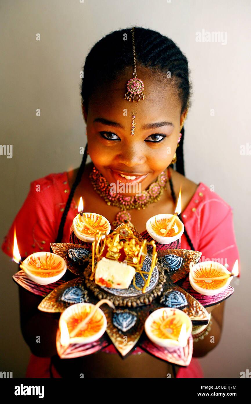 12 anni devoto indù Latoya Khaba luci lampade a Creta il 21 ottobre 2006 a Durban durante il festival indù Immagini Stock