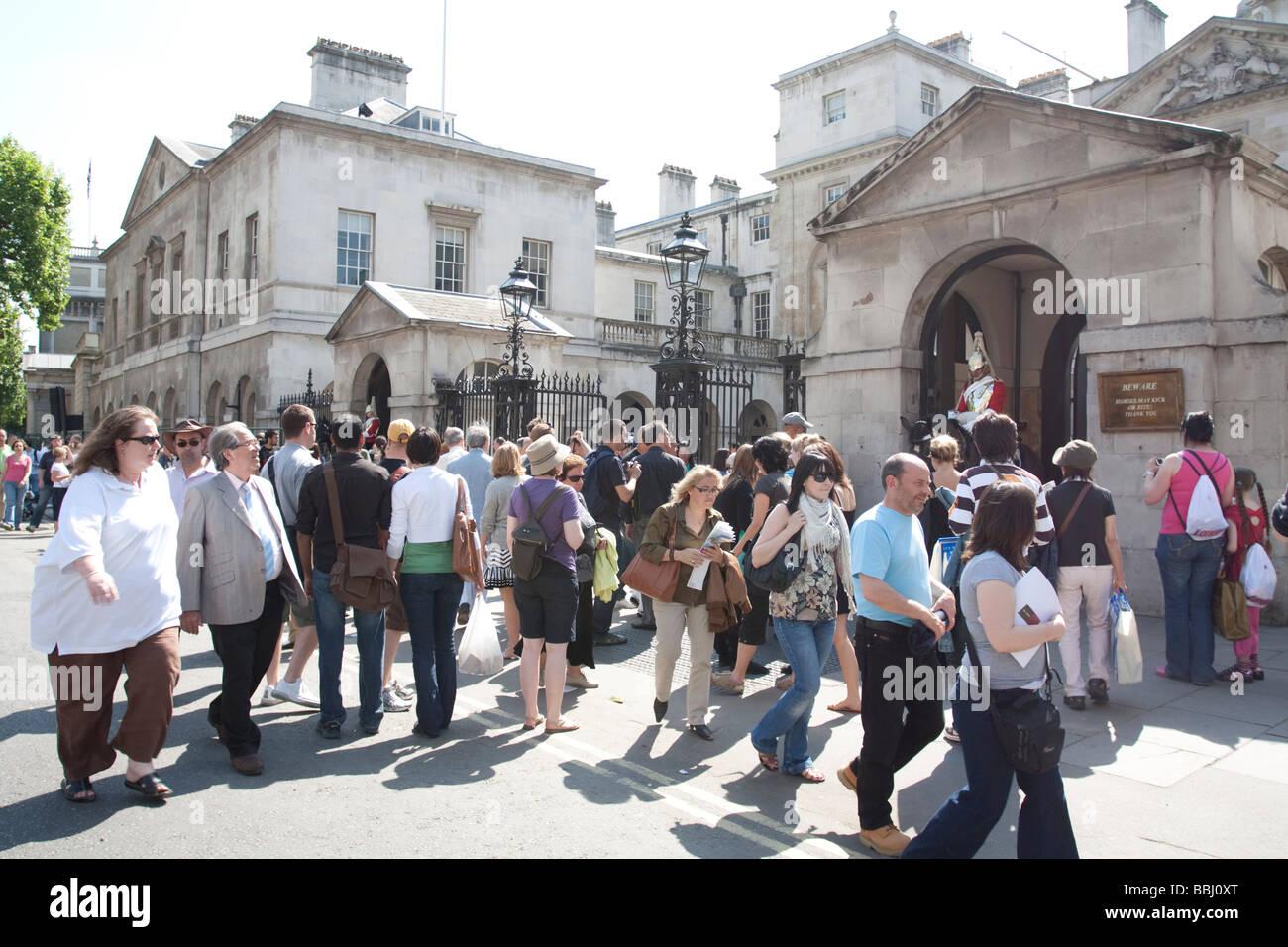 I turisti - la sfilata delle Guardie a Cavallo - Whitehall - Londra Immagini Stock