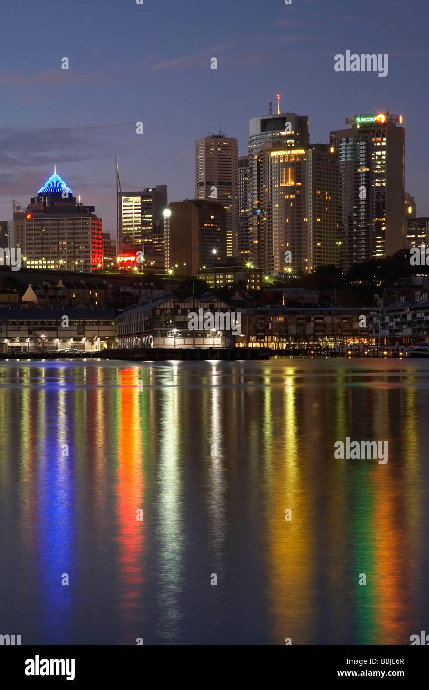 Sydney CBD si riflette nel porto di Sydney Sydney New South Wales AUSTRALIA Immagini Stock