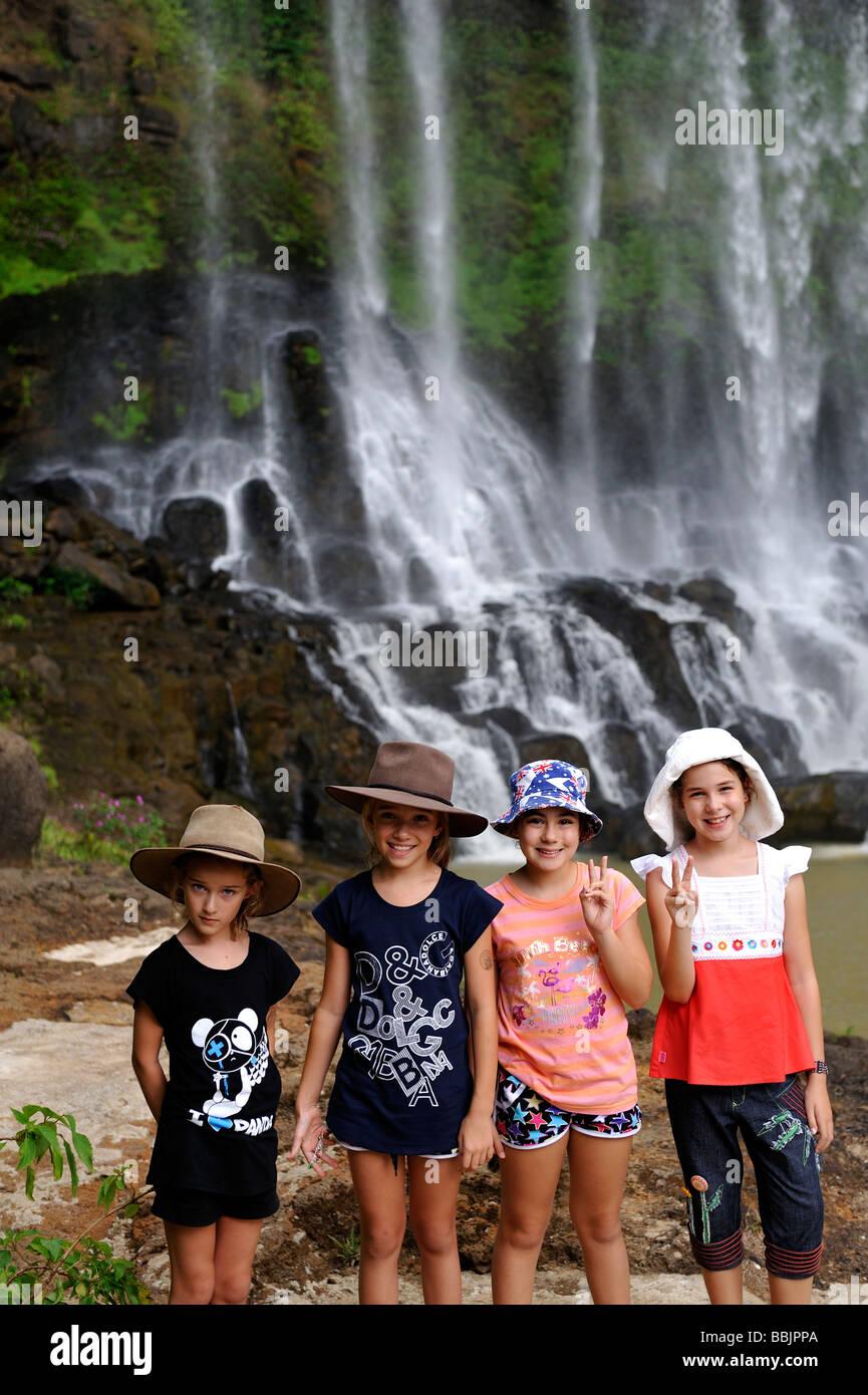 Quattro bambini di fronte a cascata. Diga cascata bri, da Lat, Vietnam Immagini Stock