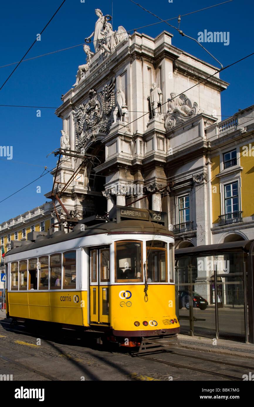 In Tram in Baixa quartiere centrale al di fuori dell'arco monumentale Rue de augusta a Lisbona, Portogallo, Immagini Stock