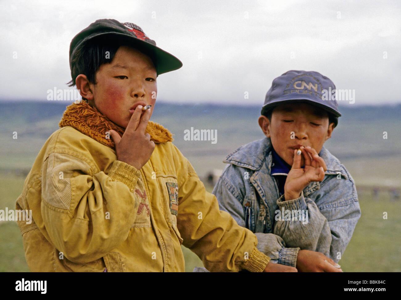 Tibetano giovani ragazzi americani Indossando cappellini da baseball di  fumare sigarette in Tibet e9f2a4fca0ed
