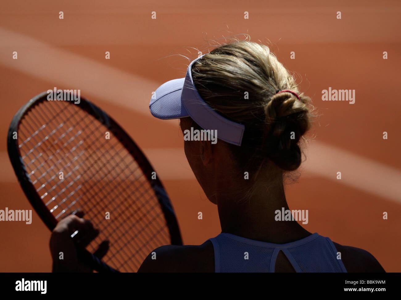 Specchietto del giocatore di tennis Elena Dementieva RUS) disponendo le stringhe nel suo racket durante la pausa Immagini Stock