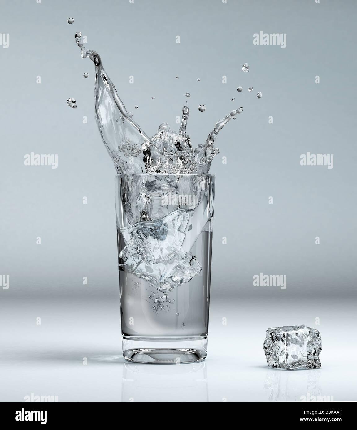 Il cubo di ghiaccio schizzi in un bicchiere pieno di acqua Immagini Stock
