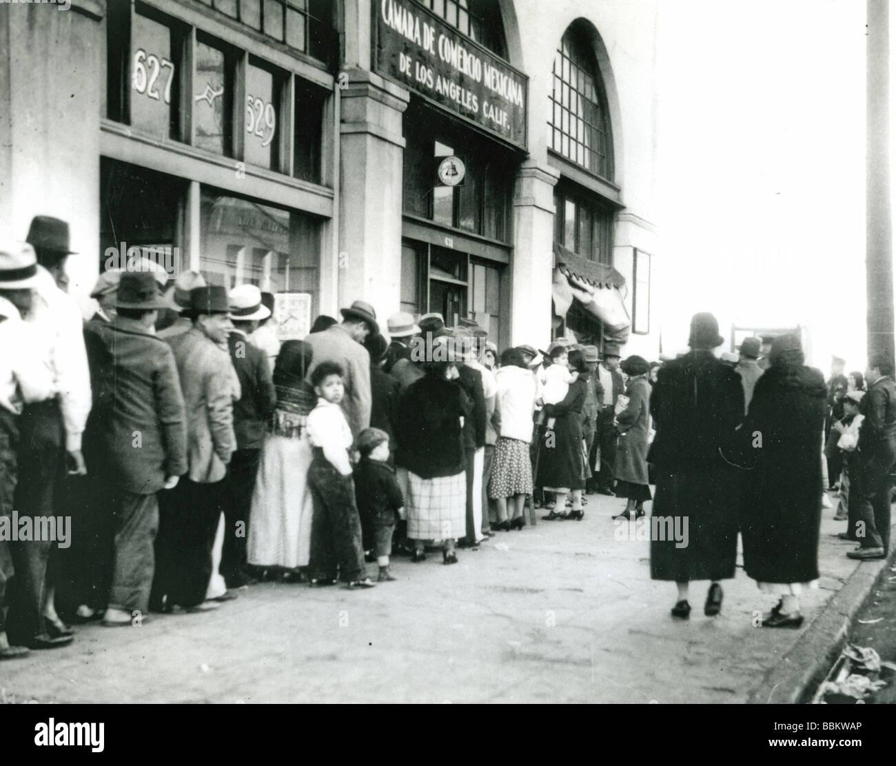 Grande depressione - in coda per il pane a Los Angeles negli anni trenta del novecento Immagini Stock