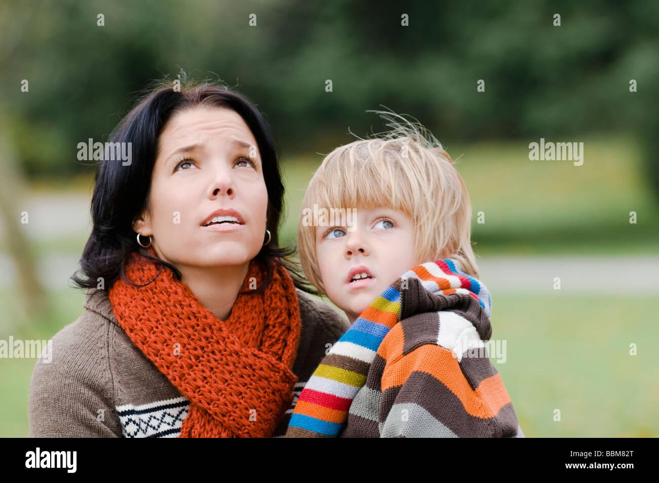 Giovane donna e ragazzo con espressioni in questione guardando verso l'alto, Vancouver, British Columbia Immagini Stock