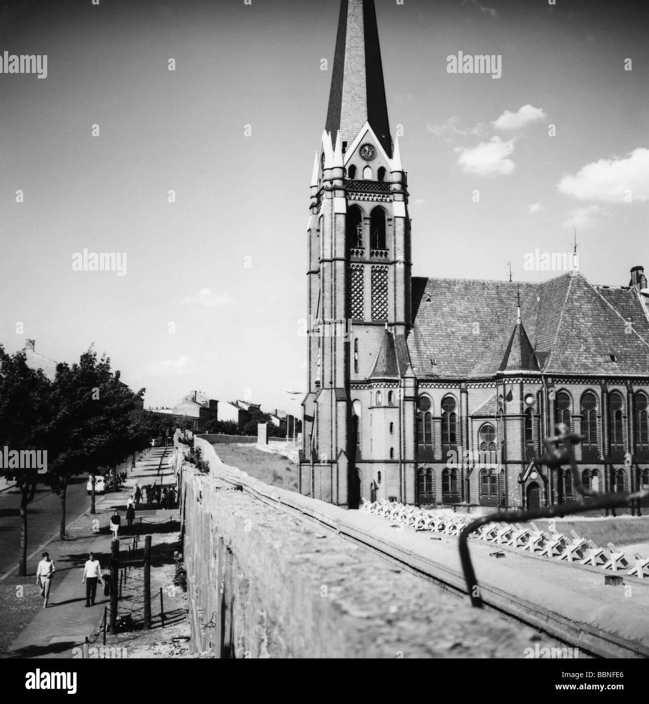 Geografia / viaggio, Germania, Berlino, muro, Bernauer Strasse, Chiesa della riconciliazione a destra, 1970, Foto Stock