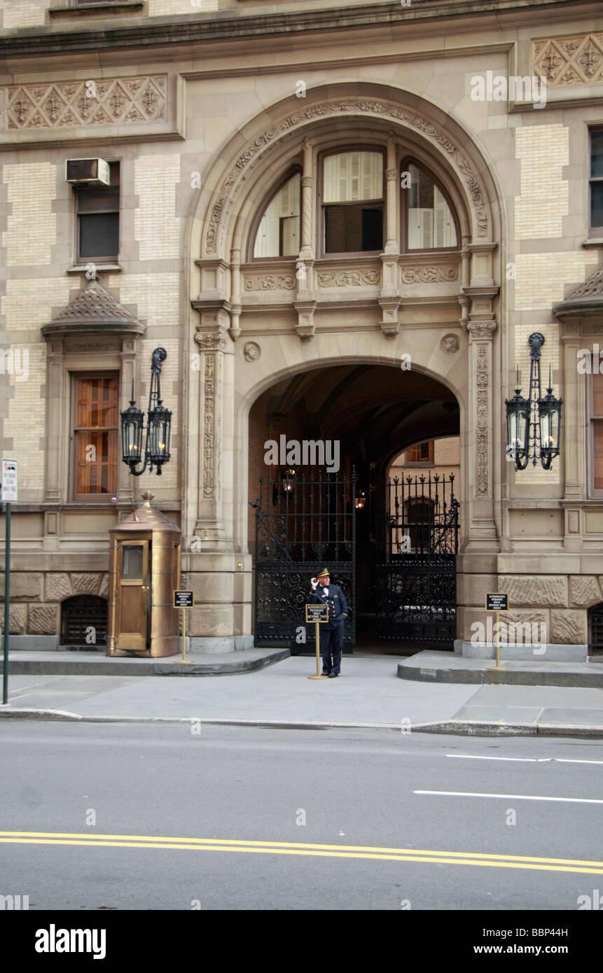 In York New Alamy amp; Doorman York Doorman New Fotos Immagini In Stock 8dqwxF