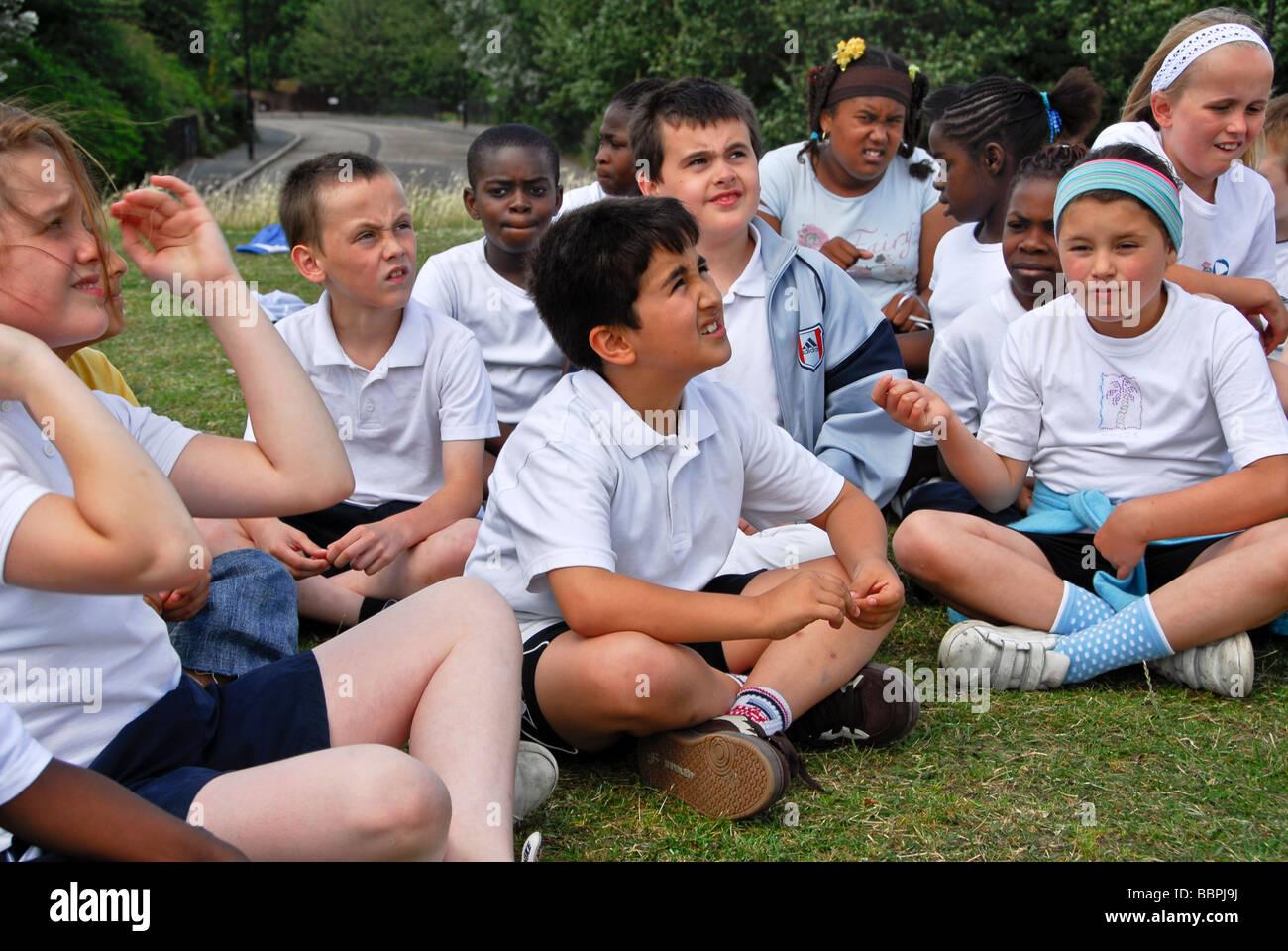 Gli alunni nella scuola di sport giornata ascoltando l'istruzione /BURGES PARK 2009 Immagini Stock