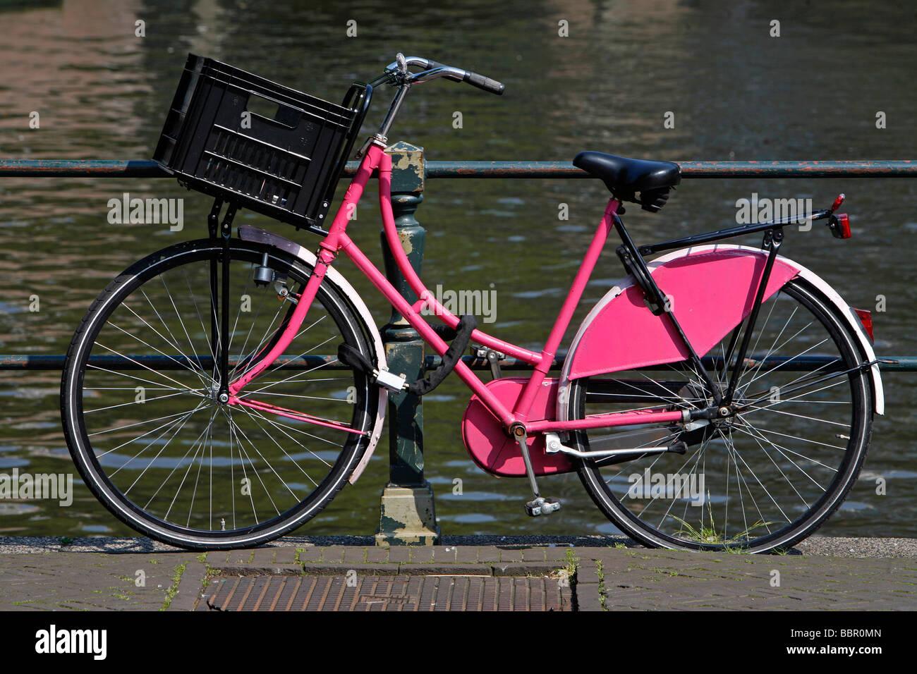 Rosa Tipica Bicicletta Olandese Da Un Canale Amsterdam Paesi Bassi