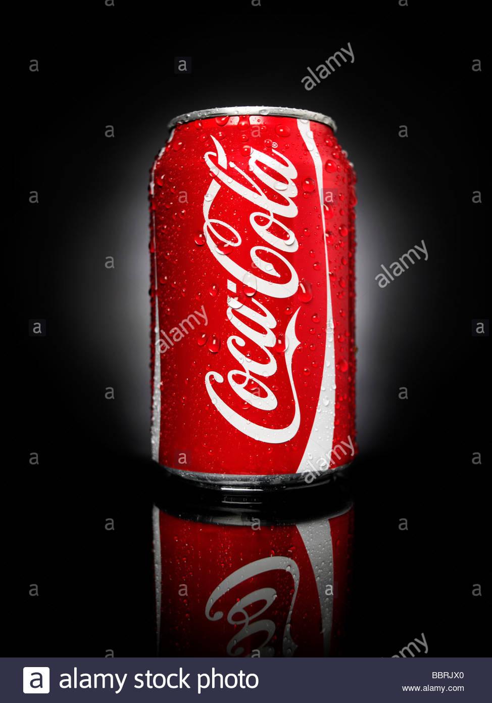 Una Lattina Di Coca Cola Shot Su Sfondo Nero Foto Immagine Stock