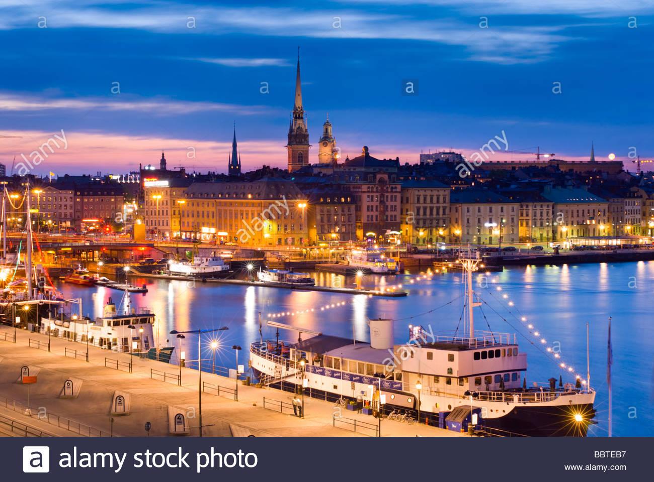 Gamla Stan, la città vecchia di Stoccolma, di notte, da Katarinavägen, Svezia. Immagini Stock