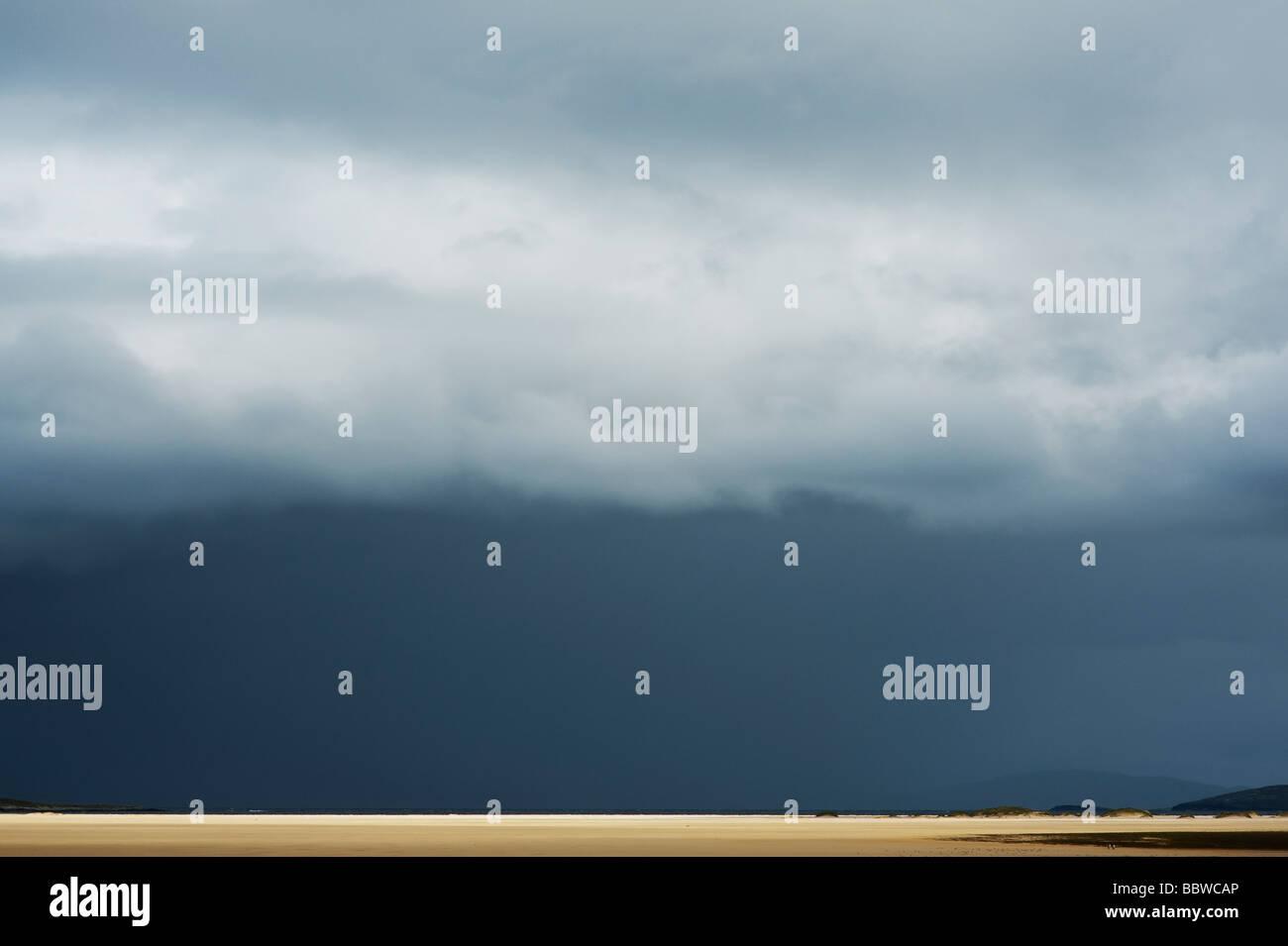 Tempesta di pioggia e nuvole sopra Traigh Scarista beach, Isle of Harris, Ebridi Esterne, Scozia Immagini Stock