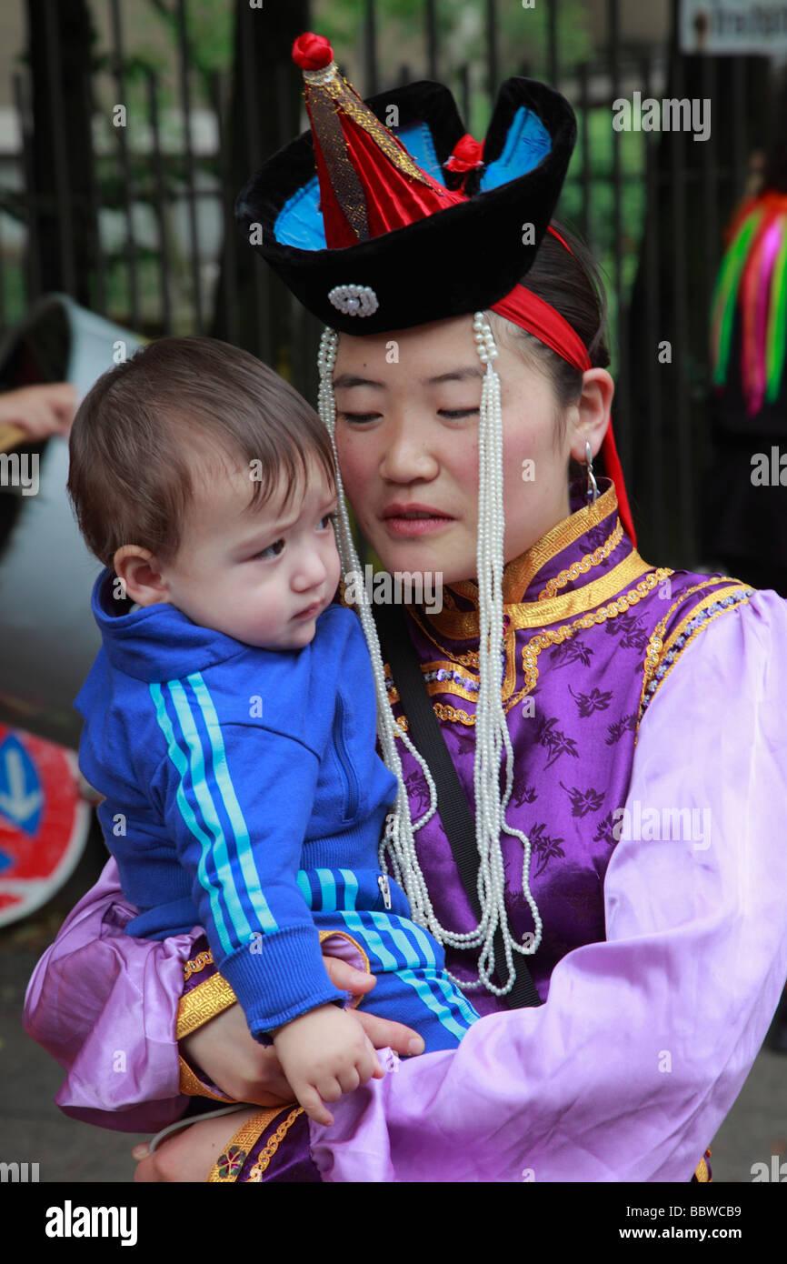 Germania Berlino Il Carnevale delle culture il mongolo di madre e bambino Immagini Stock