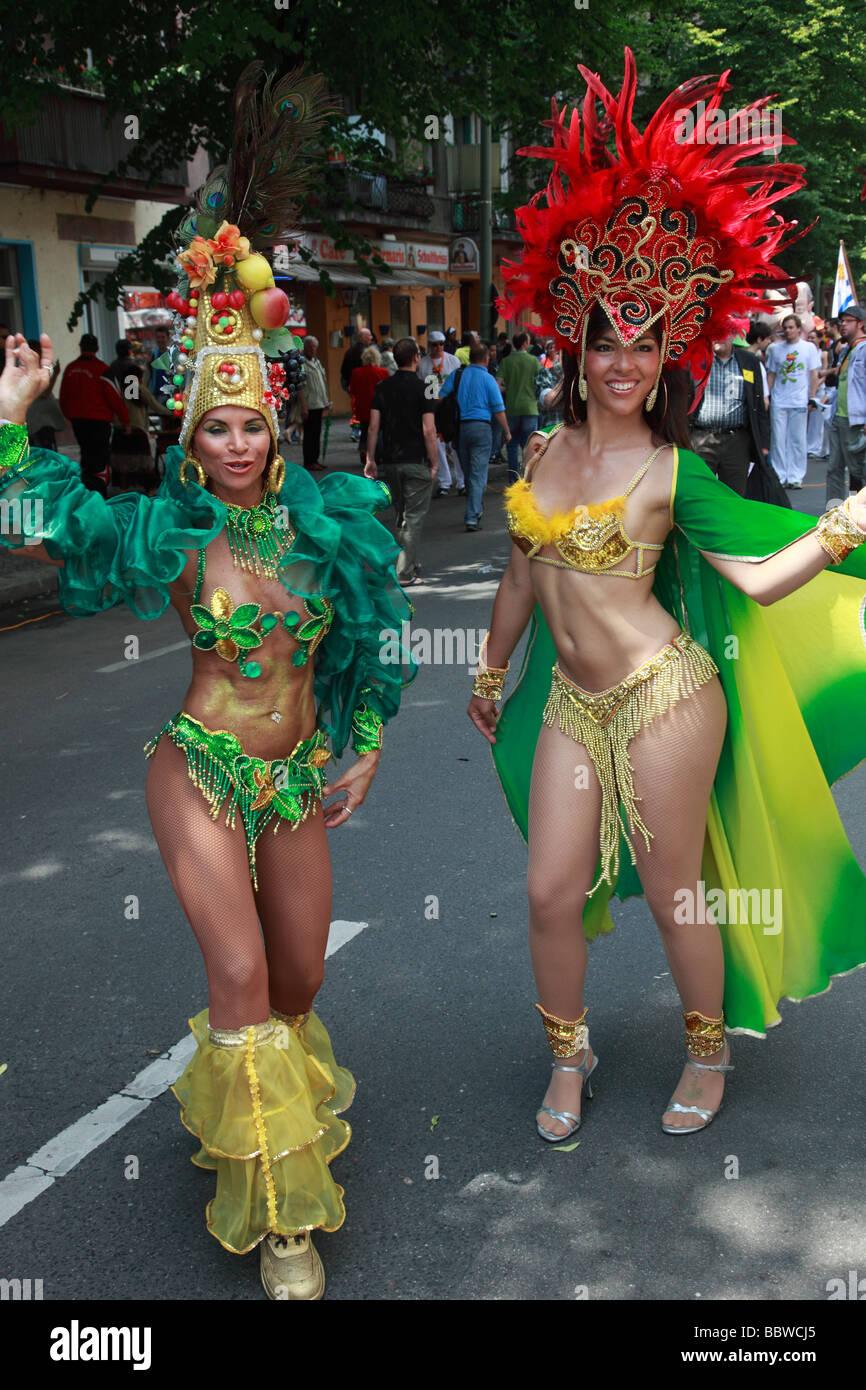 Germania Berlino Il Carnevale delle culture di donne brasiliane in costume Immagini Stock
