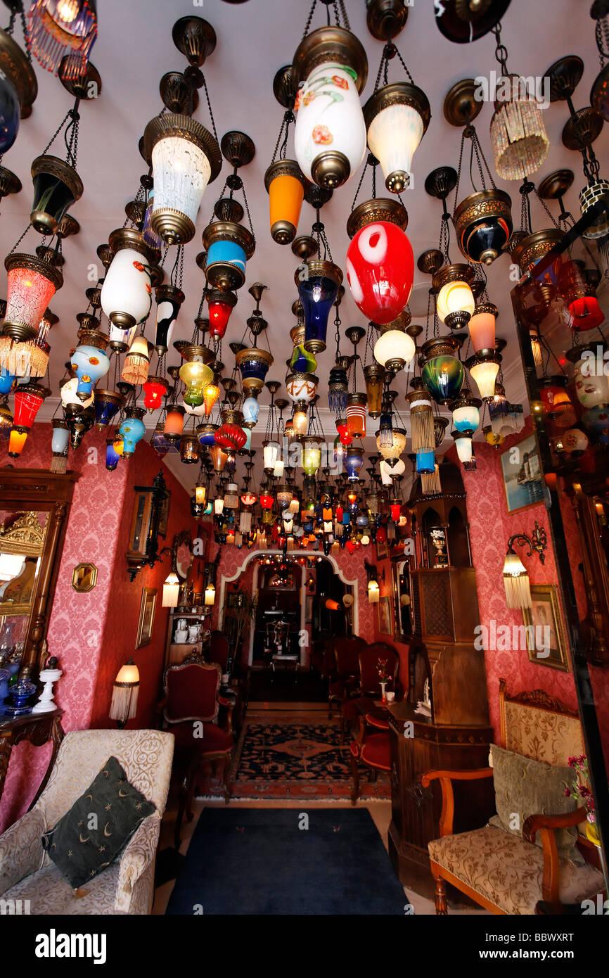 La Lobby Di Un Hotel Storico Decorato Con Molte Colorate Lampade