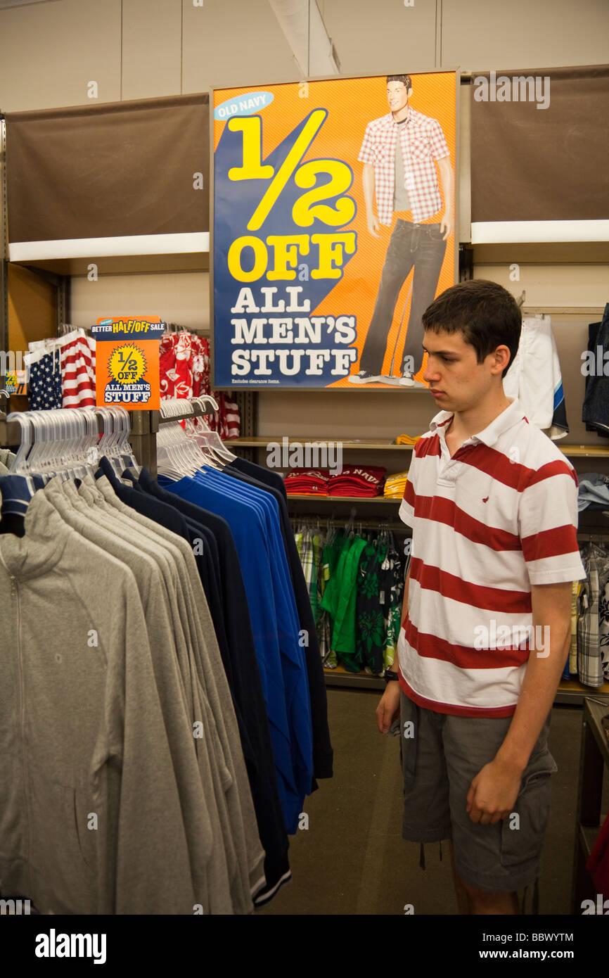 designer fashion e8ee8 0e57a Ragazzo adolescente shopping per i vestiti a Old Navy store ...