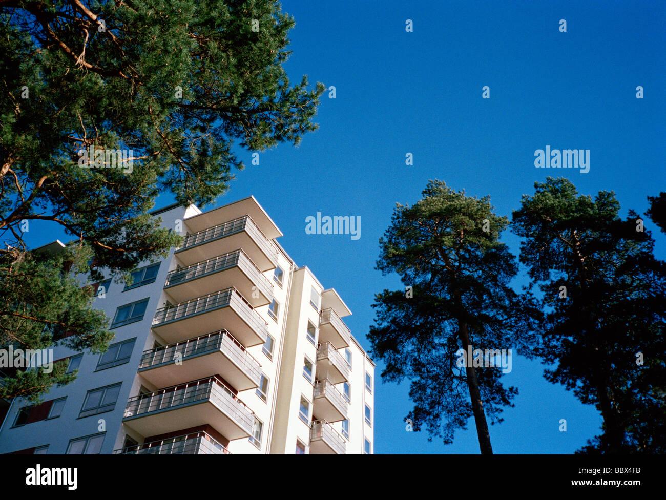 Un blocco di appartamenti sotto un cielo blu a stoccolma in svezia