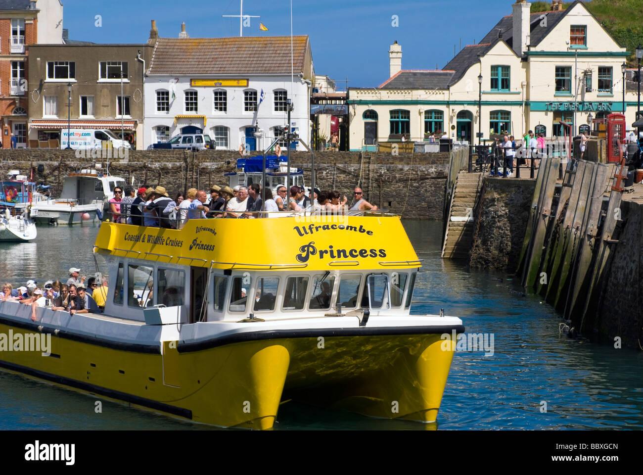 Ilfracombe Principessa barca catamarano offrendo coastal & wildlife Cruises. Barca con persone, Ilfracombe Harbour, Immagini Stock