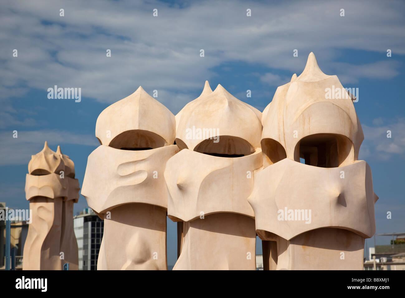 Camini su Casa Mila di Antoni Gaudì Barcellona Spagna Immagini Stock