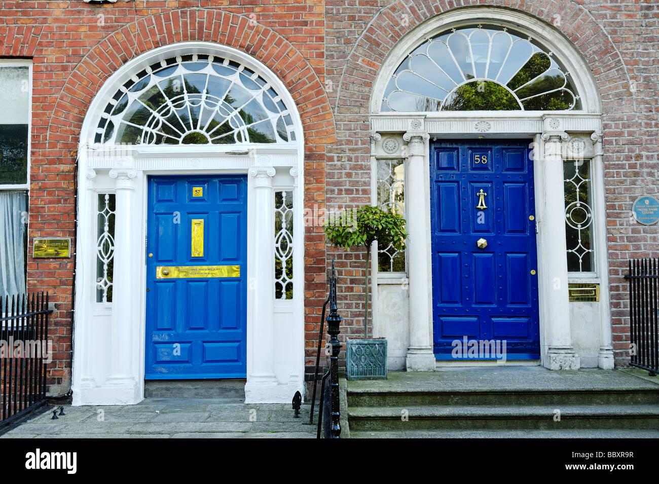 Colorati porte blu su ingressi alle case a schiera attorno al Merrion Square a Dublino Repubblica di Irlanda Immagini Stock