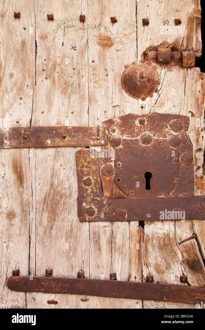 Dettaglio di weathered porta con serratura Immagini Stock