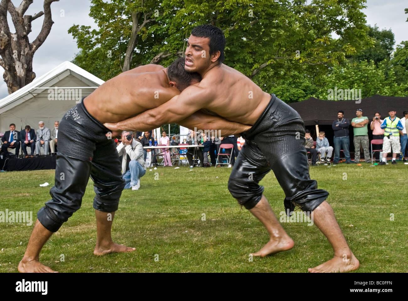 WRESTLER turco chiamato PEHLIVAN, wrestling DURANTE IL CLISSOLD PARK FESTIVAL turco/ Londra / giugno 2009 Immagini Stock