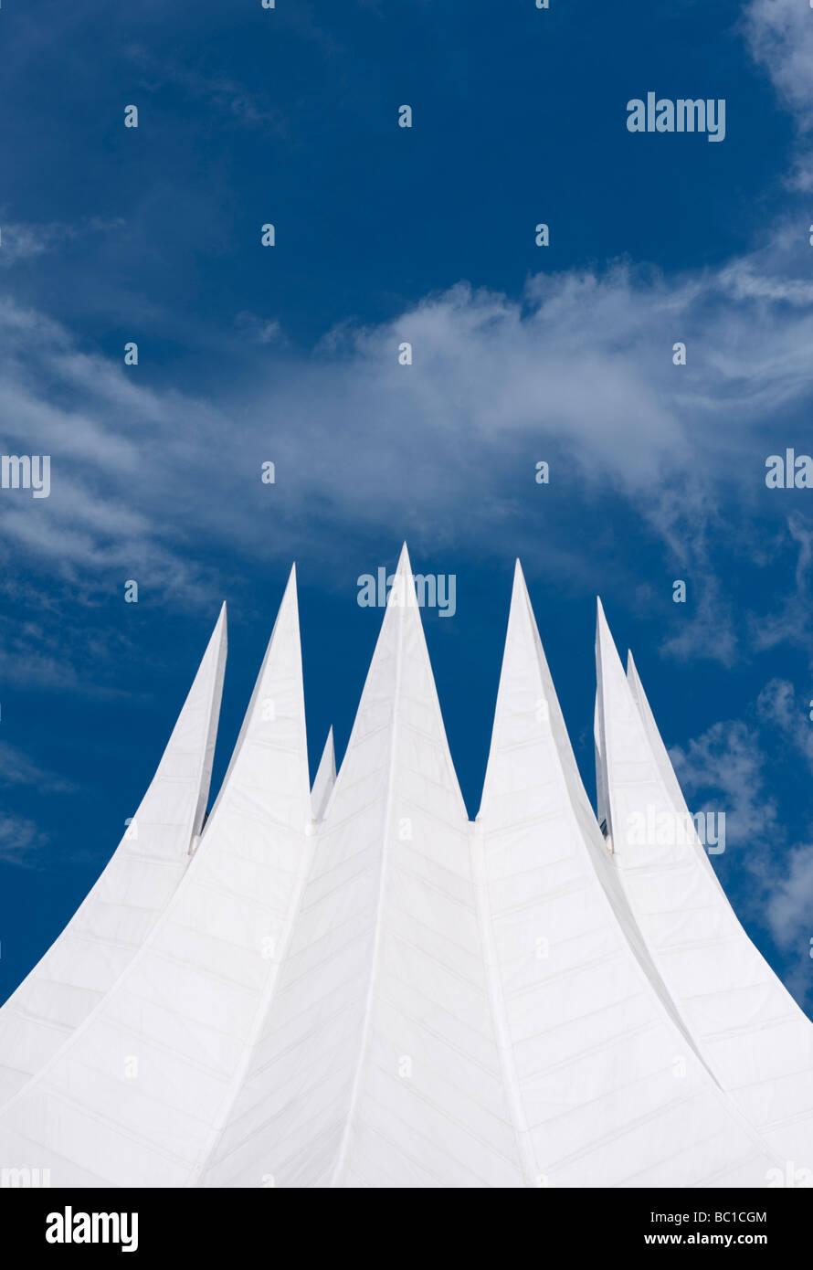 Dettaglio del drammatico tetto bianco del Tempodrom concert hall di Berlino Immagini Stock