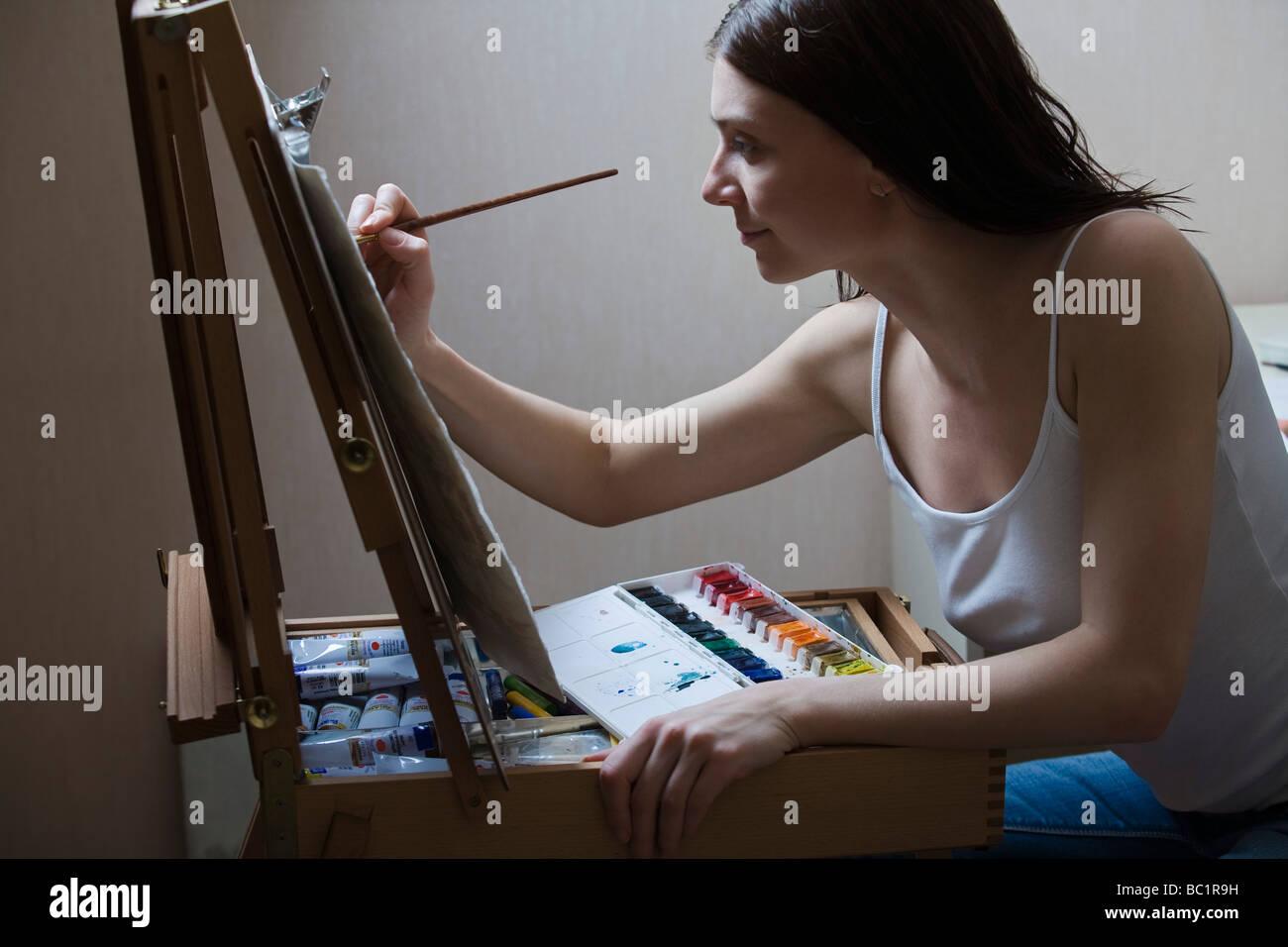 Donna pittura su cavalletto Immagini Stock